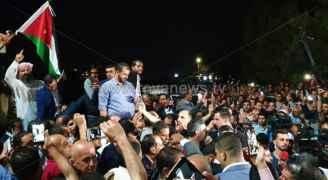 المعلمون يحتشدون أمام نقابتهم بانتظار نتائج الاجتماع مع الحكومة حول فك الإضراب .. فيديو