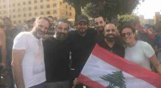 إعلاميون لبنانيون يشاركون المتظاهرين في الطرقات