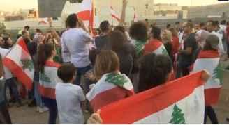 لبنانيون ينظمون وقفة امام سفارة بلادهم في الأردن دعما للمحتجين في لبنان - فيديو