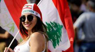 تعليق طريف من علاء مبارك على صورة لفتيات من لبنان أثناء المظاهرات