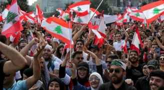 بعد فراق 11 عاماً.. لبنانية تلتقي بابنها في مظاهرة