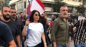 إليسا تنضم للمتظاهرين في ساحات بيروت - فيديو وصور
