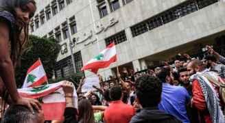 بعد أسبوعين من الإغلاق.. البنوك اللبنانية تفتح أبوابها - صور