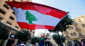 اللبنانيون يقطعون طرقاً رئيسية مجدداً ويتظاهرون قرب القصر الرئاسي