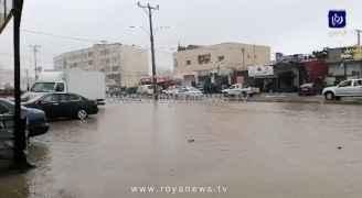 شاهد بالفيديو .. مياه الأمطار تداهم محال تجارية في مثلث عبين بعجلون