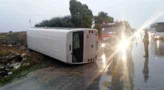6 إصابات بحادث تدهور حافلة بالقرب من جسر النعيمة في اربد - صور