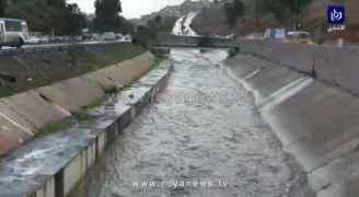 شاهد تدفق المياه في قناة الملك عبدالله والاودية المجاورة بوسط البلد