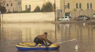"""نشطاء: """"الرصيفة تغرق"""" ومواطنون يستخدمون """"قوارب الصيد"""" .. صور وفيديو"""