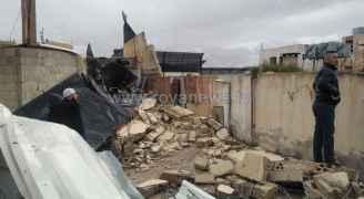 انهيار جدار استنادي بسبب الأمطار يلحق اضرارا بمركبات مواطنين في الرصيفة  - فيديو