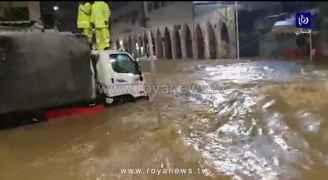 مياه الأمطار تتسبب بارتفاع منسوب المياه في شوارع وسط البلد بعمان.. فيديو
