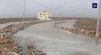 اخلاء عائلة تقطن في المزار الجنوبي بعد مداهمة مياه الأمطار لمنزلها.. فيديو