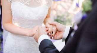 بسبب كورونا.. عريس يزف عروسه إلى منزله مشيا على الأقدام (فيديو)