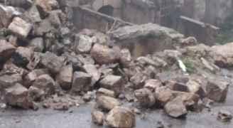 انهيار سور في ِشارع الكنائيس بعجلون بسبب الأمطار الغزيرة- صور