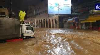 """بسبب الظروف الجوية.. """"تجارة عمان"""" تدعو التجار لأخذ التدابير حتى لا تغرق بضائعهم"""