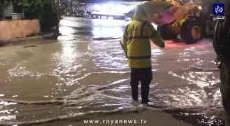بلدية جرش تتعامل مع عدد  من تجمعات المياه التي أغلقت بعض الطرق.. فيديو