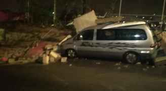 انهيار سور نادي رياضي على مركبات في عمان بسبب الأمطار.. فيديو