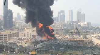 مراسلة رؤيا: اندلاع حريق ضخم في مرفأ بيروت.. فيديو
