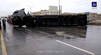 إنقلاب شاحنة يتسبب بإغلاق الطريق الرئيسي في منطقة الجيزة - فيديو