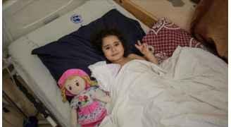 ساره.. طفلة غزّية أفقدتها غارات الاحتلال الإسرائيلي القدرة على الحركة