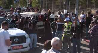 وقفة تضامنية في حي الشيخ جراح وشرطة الاحتلال تطلق قنابل الصوت صوب المشاركين