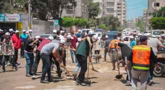 """الغزيون يواصلون حملة """"حنعمرها"""" لإزالة آثار عدوان الاحتلال الإسرائيلي"""