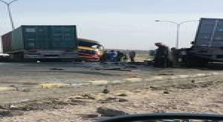 """اصابة اثر""""تصادم شاحنتين"""" على الطريق الصحراوي..صور"""