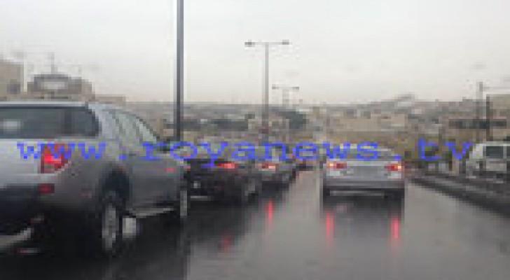 الأمطار والسيول تسبب أزمة سير خانقة في عمان .. صور