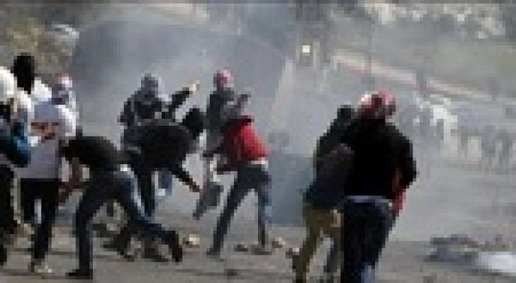 مواجهات بين شبان فلسطينيين وجيش الاحتلال الإسرائيلي عند سجن عوفر
