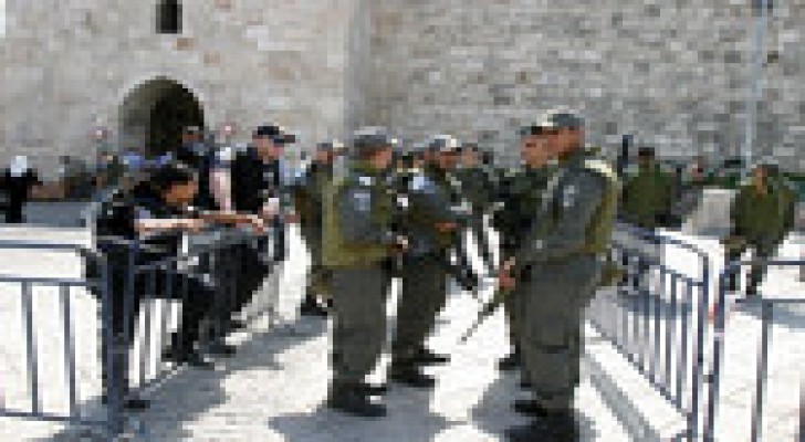 سلطات الاحتلال تحرم من هم دون الـ35 عاما من الصلاة بالأقصى