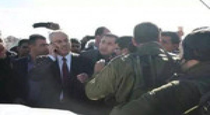 """جيش الاحتلال يحتجز رئيس الوزراء الفلسطيني بسبب """" السرعة """" .. صور وفيديو"""