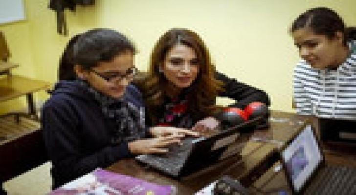 الملكة رانيا تطلع على برامج مبادرة التعليم الاردنية التكنولوجية