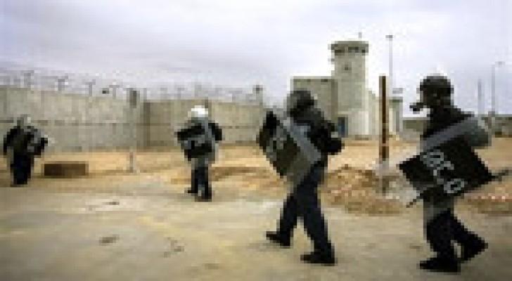 انباء عن اشتباكات بين الأسرى الفلسطينيين وقوات القمع في سجن ريمون الإسرائيلي