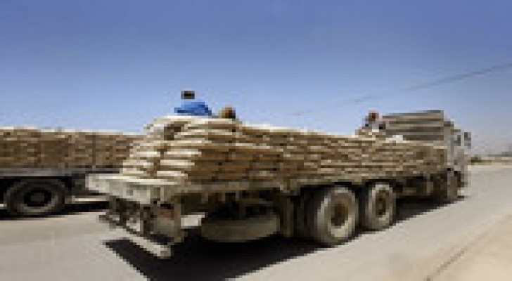إدخال 28 شاحنة محملة بألف طن من الإسمنت إلى غزة