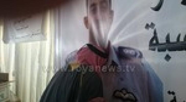 والد معاذ يؤدي التحية العسكرية ويقبل صورة ابنه .. صور