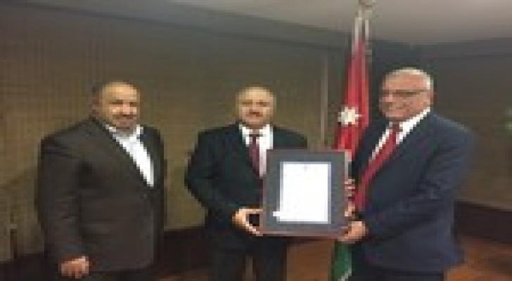 وزير المياه والري يستلم جائزة تميز الدولة