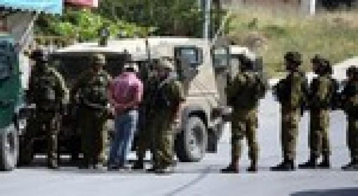 الاحتلال يعتقل 13 فلسطينيا بالضفة الغربية فجر الأربعاء
