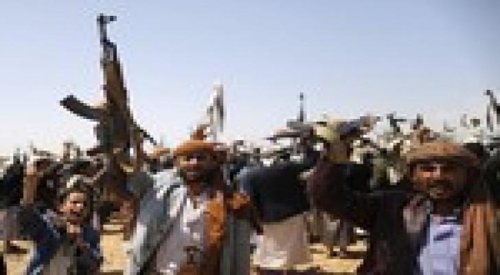 مسلحو الحوثي يعتدون على متظاهرين مناهضين لهم بصنعاء