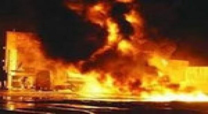 الدفاع المدني يخمد حريق مصنع للأخشاب في عمان
