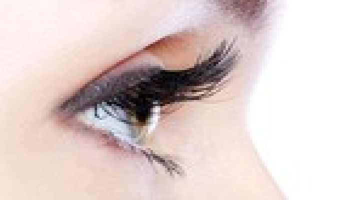 إطالة الأهداب تؤذي العين