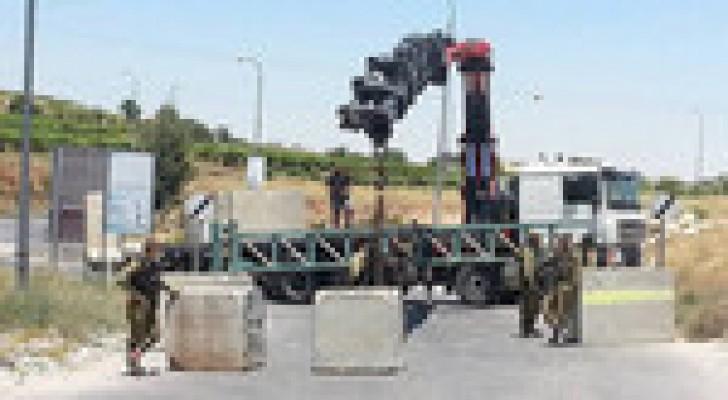 الاحتلال يداهم بلدات وينصب حواجز عسكرية في محافظة الخليل