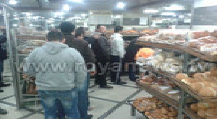 """أزمة على مخابز عمان استعدادا لـ """" جنى """" .. صور"""