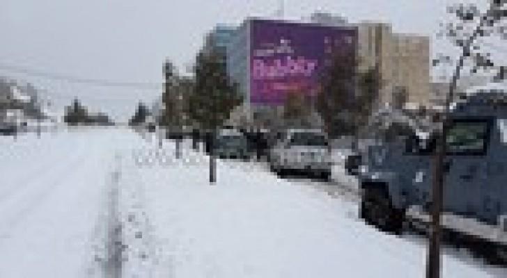 بالصور والفيديو : سيارات عالقة في شارع الملكة رانيا - الجامعة - في عمان