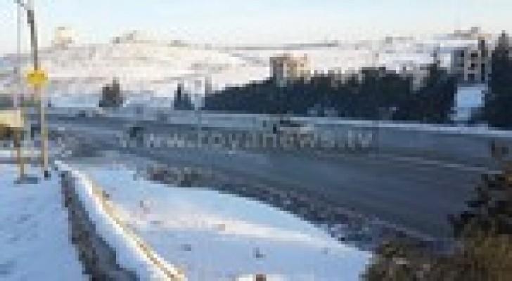"""عشرات المركبات عالقة على طريق المطار بسبب """"الجليد"""" .. صور"""