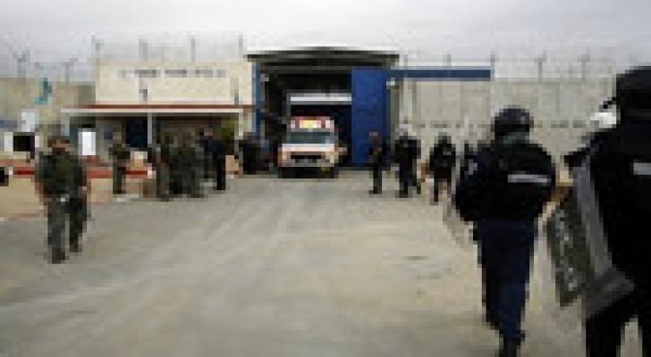 """معتقل فلسطيني يطعن ضابطا إسرائيليا في سجن """"ريمون"""""""