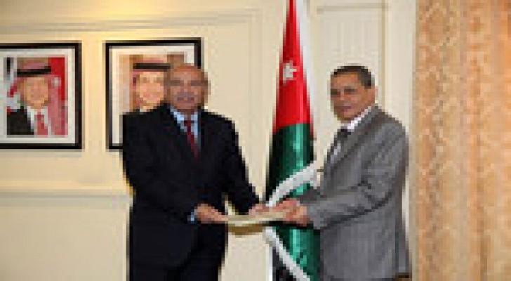 الخارجية تتسلم نسخة من اوراق اعتماد السفير الجزائري