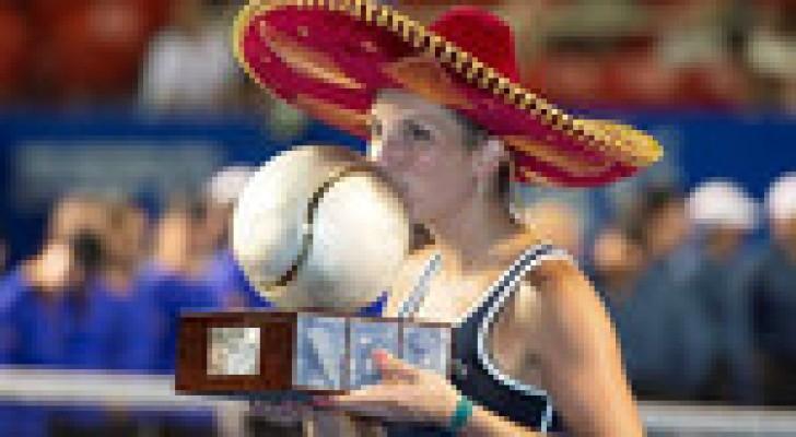 تيميا باشينسكي ترتدي القبعة المكسيكية