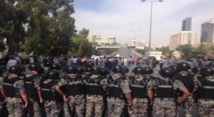 """بالصور: منع مسيرة """" النقابات"""" من الوصول الى """"رئاسة الوزراء"""""""