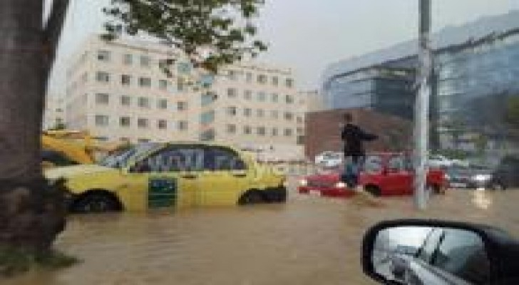بالصور: أزمة سير خانقة في شوارع عمان .. واغلاق عدد منها