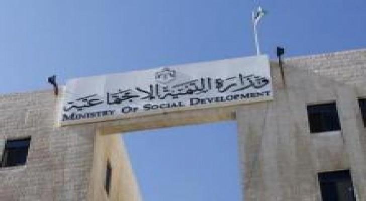 التنمية الاجتماعية تنقل اسرا متضررة من السيول الى جمعيات تابعة لها