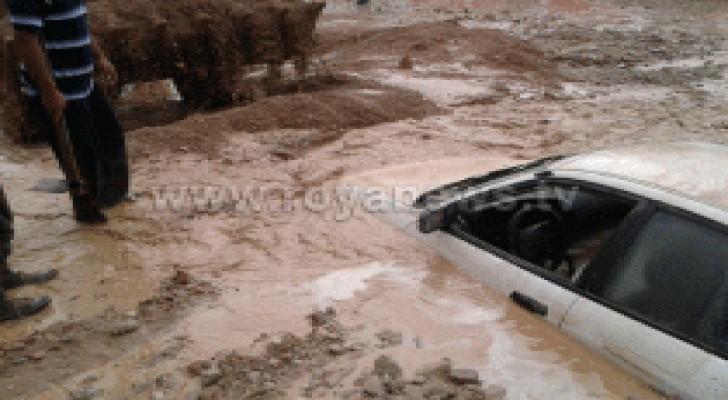 بالصور: غرق مركبات على طريق البحر الميت يؤدي إلى اغلاقه
